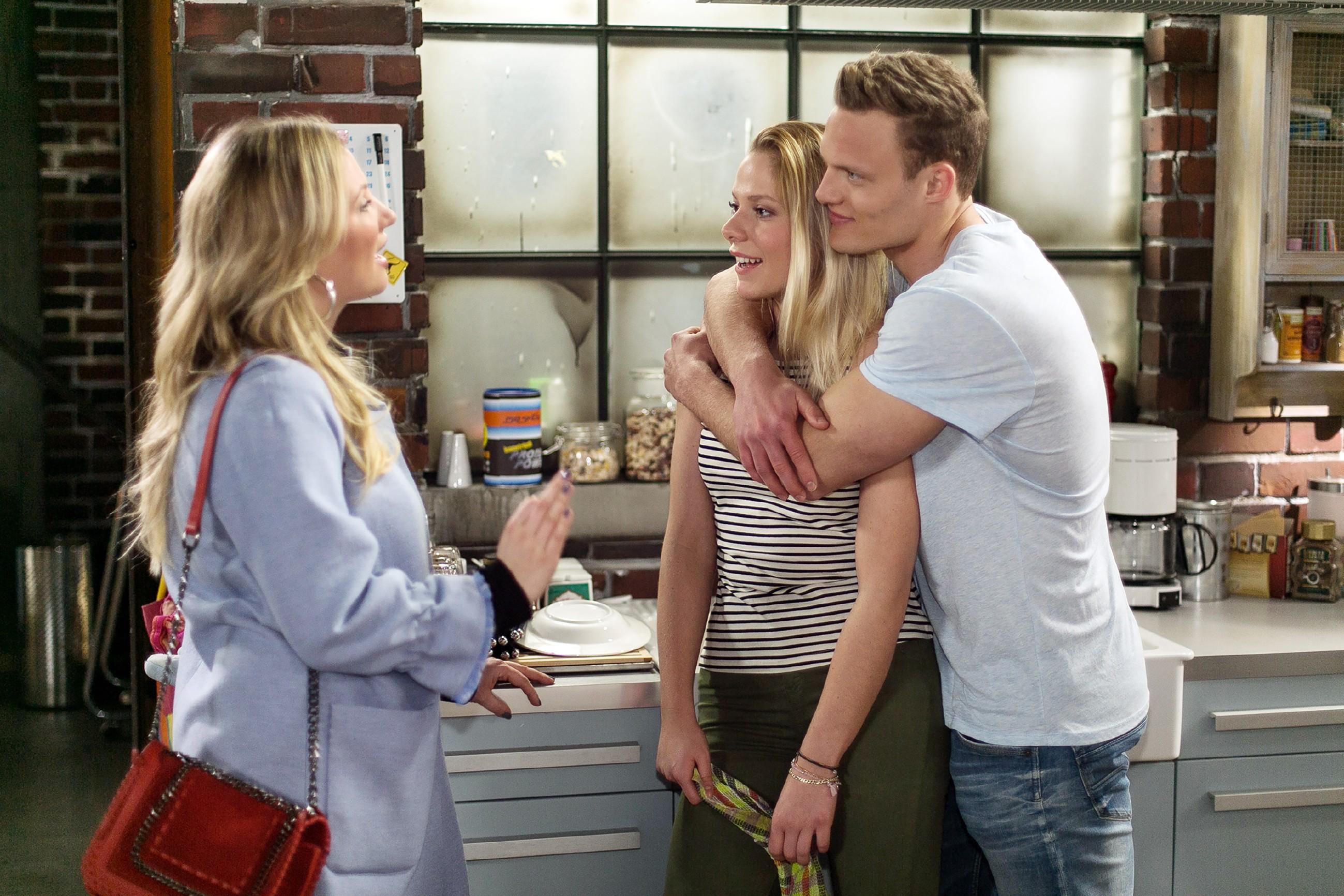 Während Isabelle (Ania Niedieck, l.) verlangt, dass Tim (Robert Maaser) zum Training erscheint, beschließen er und Marie (Cheyenne Pahde), spontan eine Auszeit für die Liebe einzulegen. (Quelle: RTL / Kai Schulz)