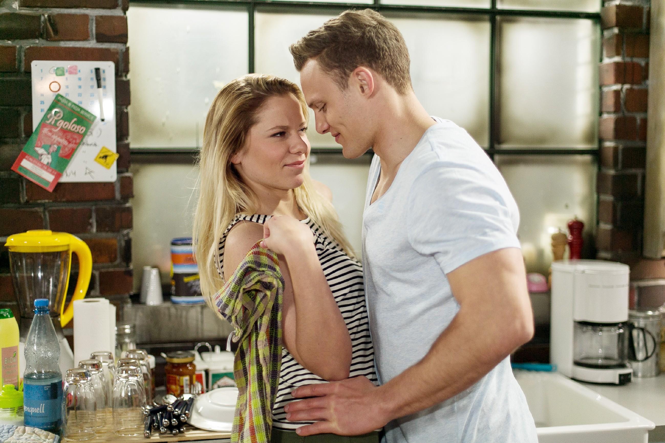 Tim (Robert Maaser) und Marie (Cheyenne Pahde) beschließen, spontan eine Auszeit für die Liebe hinzulegen. (Quelle: RTL / Kai Schulz)