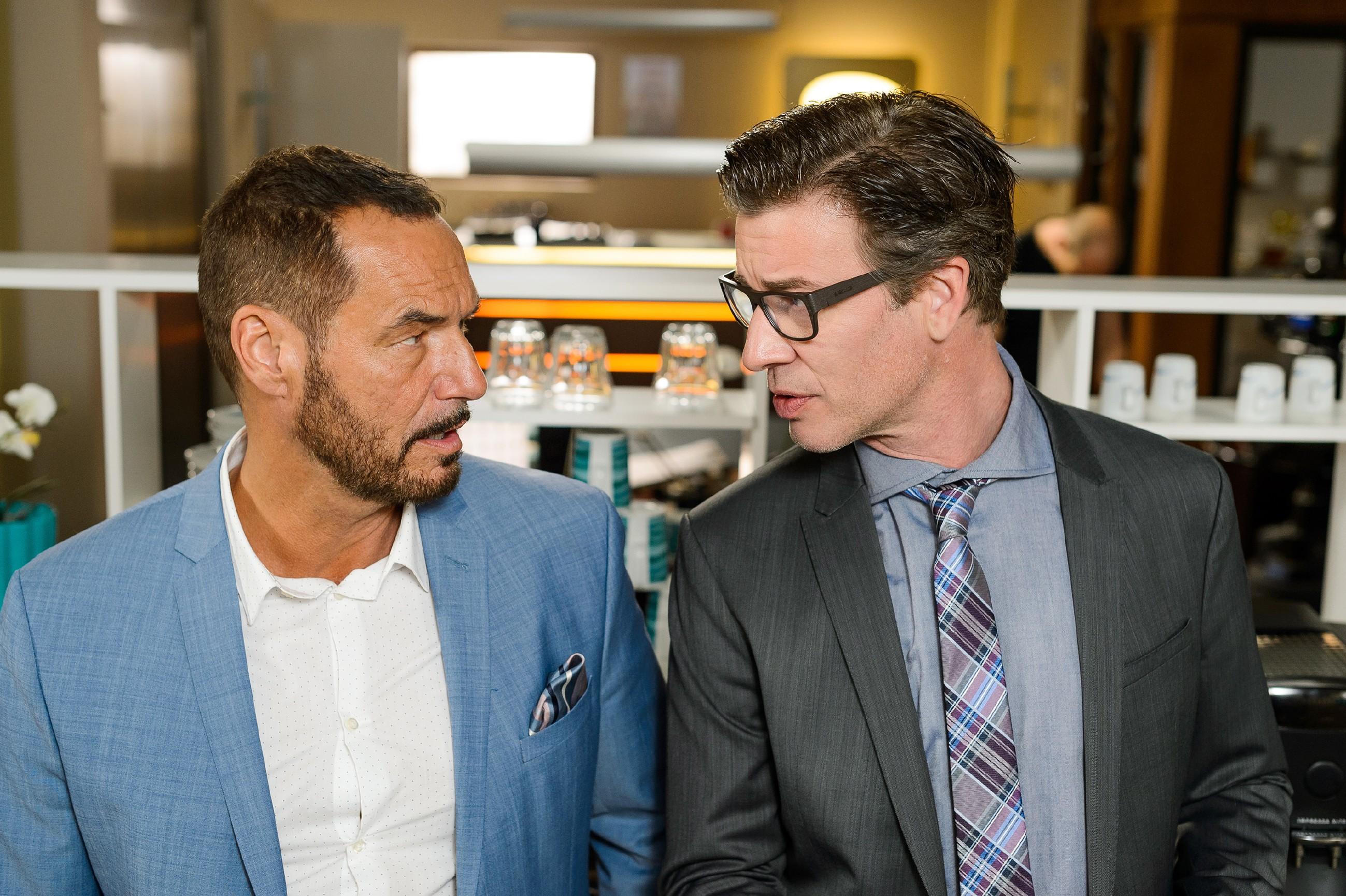 Richard (Silvan-Pierre Leirich, l.) muss sich Christophs (Lars Korten) Vorwurf stellen, den Streit mit Simone provoziert zu haben. (Quelle: RTL / Willi Weber)