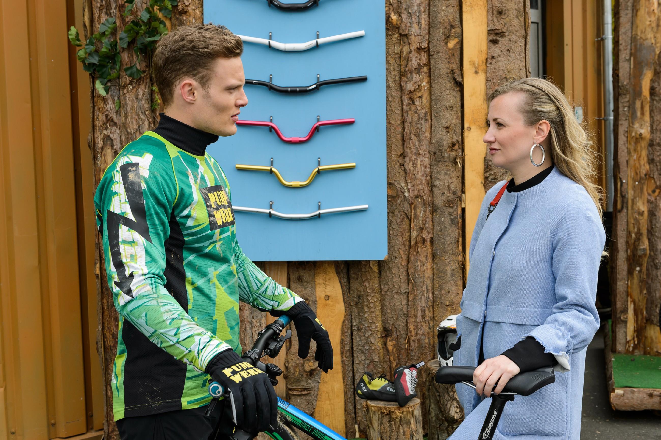 Isabelle (Ania Niedieck) rät Tim (Robert Maaser), die Finger von der Liebe zu lassen. (Quelle:RTL / Willi Weber)