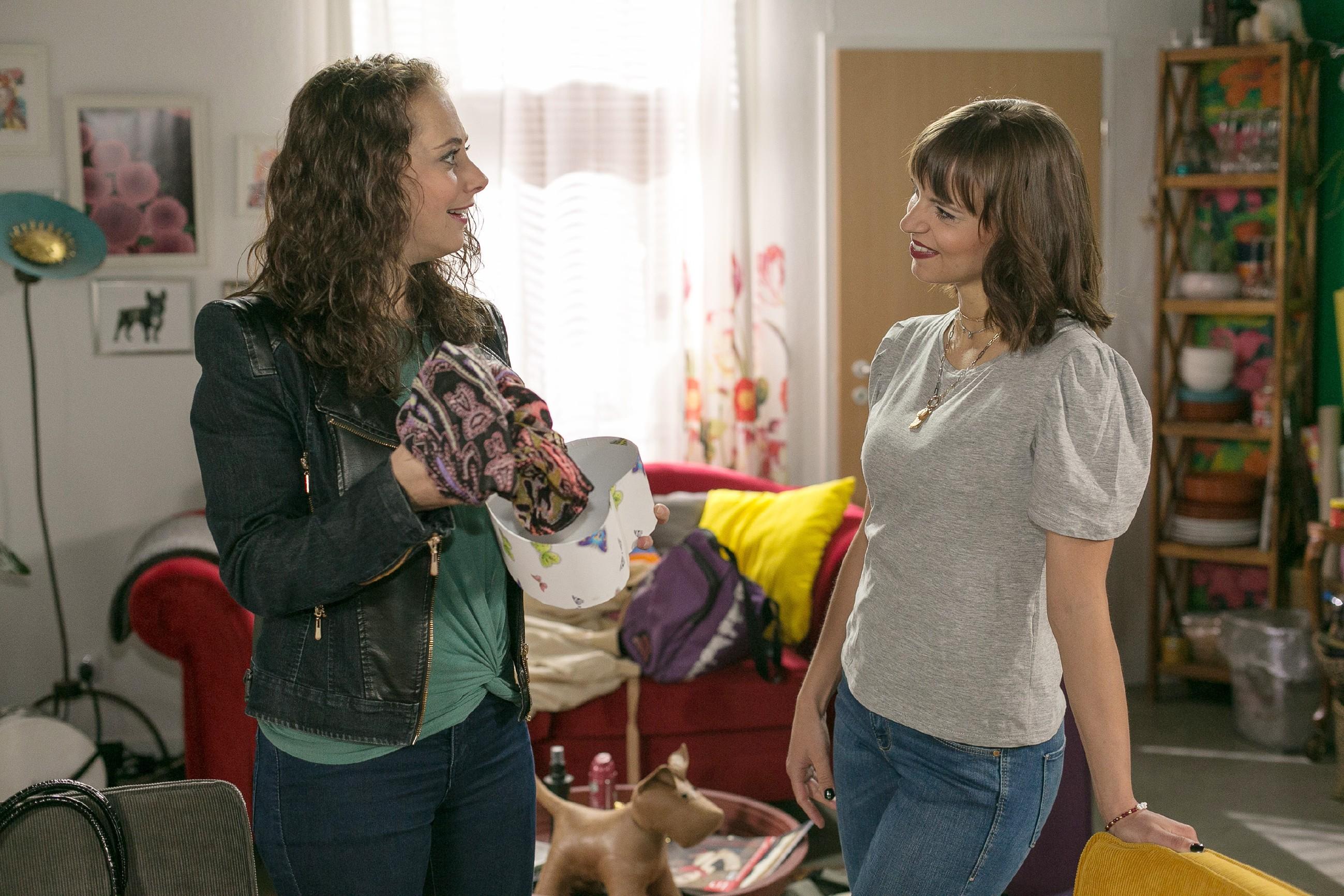Carmen (Heike Warmuth, l.) verpasst den Moment, Michelle (Franziska Benz) die Wahrheit über den verhängnisvollen Sex mit Richard und ihren Plänen zu erzählen. (Quelle:RTL / Kai Schulz)