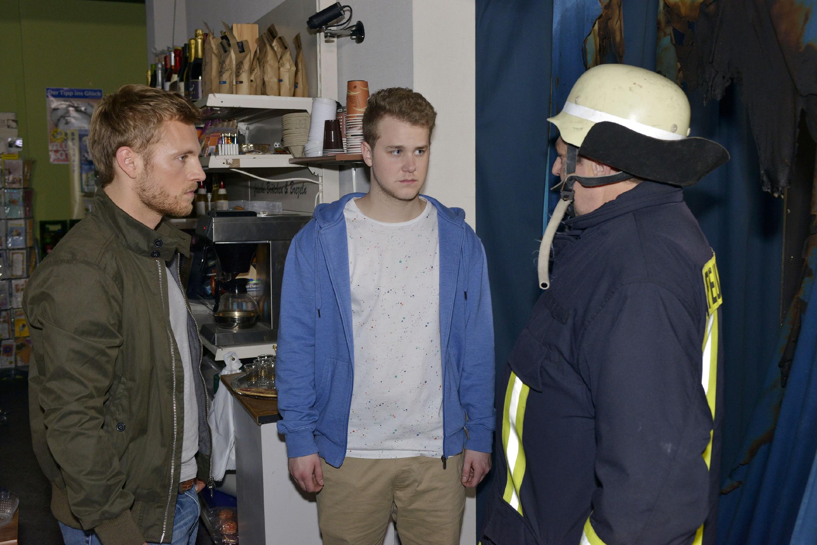 Paul (Niklas Osterloh, l.) und die Feuerwehr (r. Komparse) können verhindern, dass Jonas (Felix van Deventer, M.) den Spätkauf völlig verwüstet. (Quelle: RTL / Rolf Baumgartner)