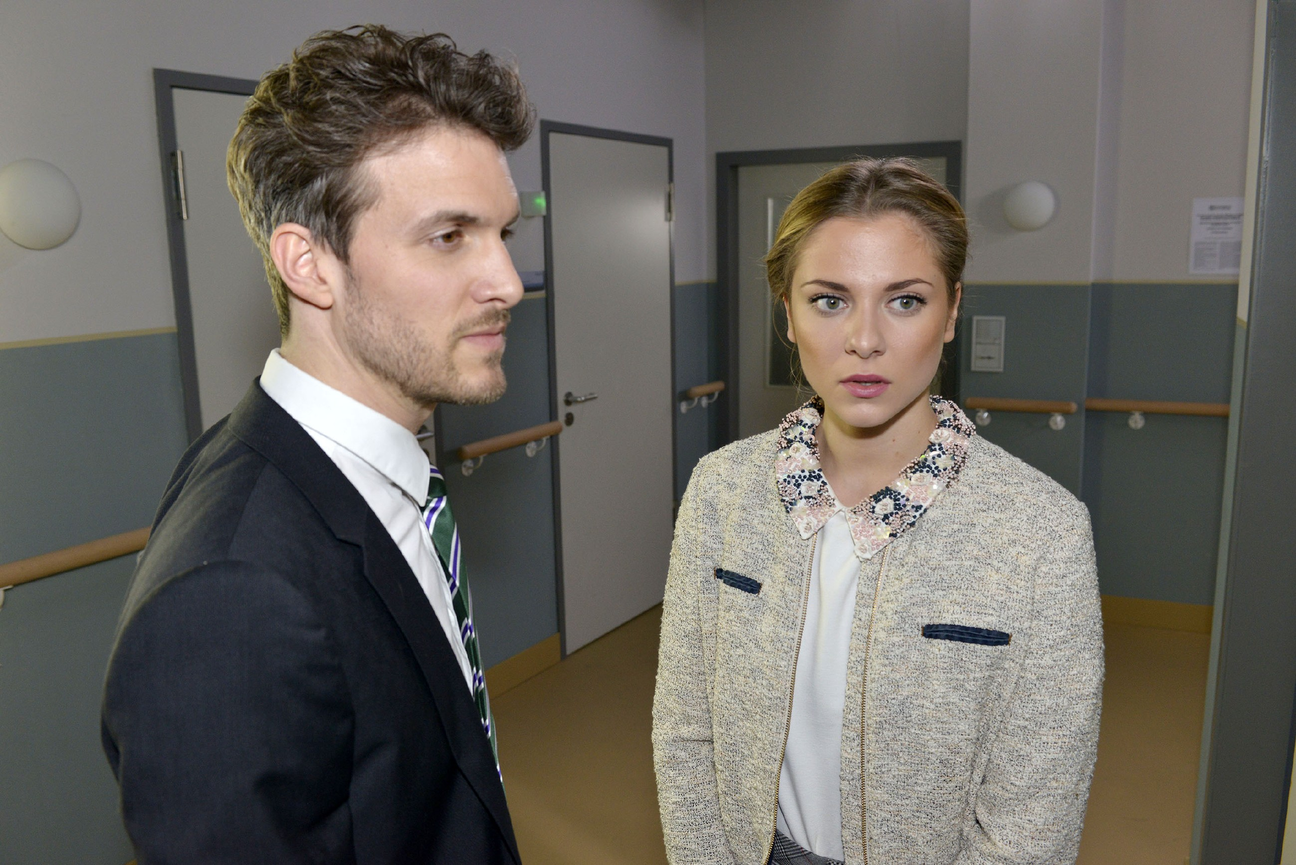 Felix (Thaddäus Meilinger) versucht sich seine Erleichterung über die Tatsache, dass Chris vor Sunny (Valentina Pahde) zu seinen vermeintlichen Taten steht, nicht allzu sehr anmerken zu lassen. (Quelle: RTL / Rolf Baumgartner)