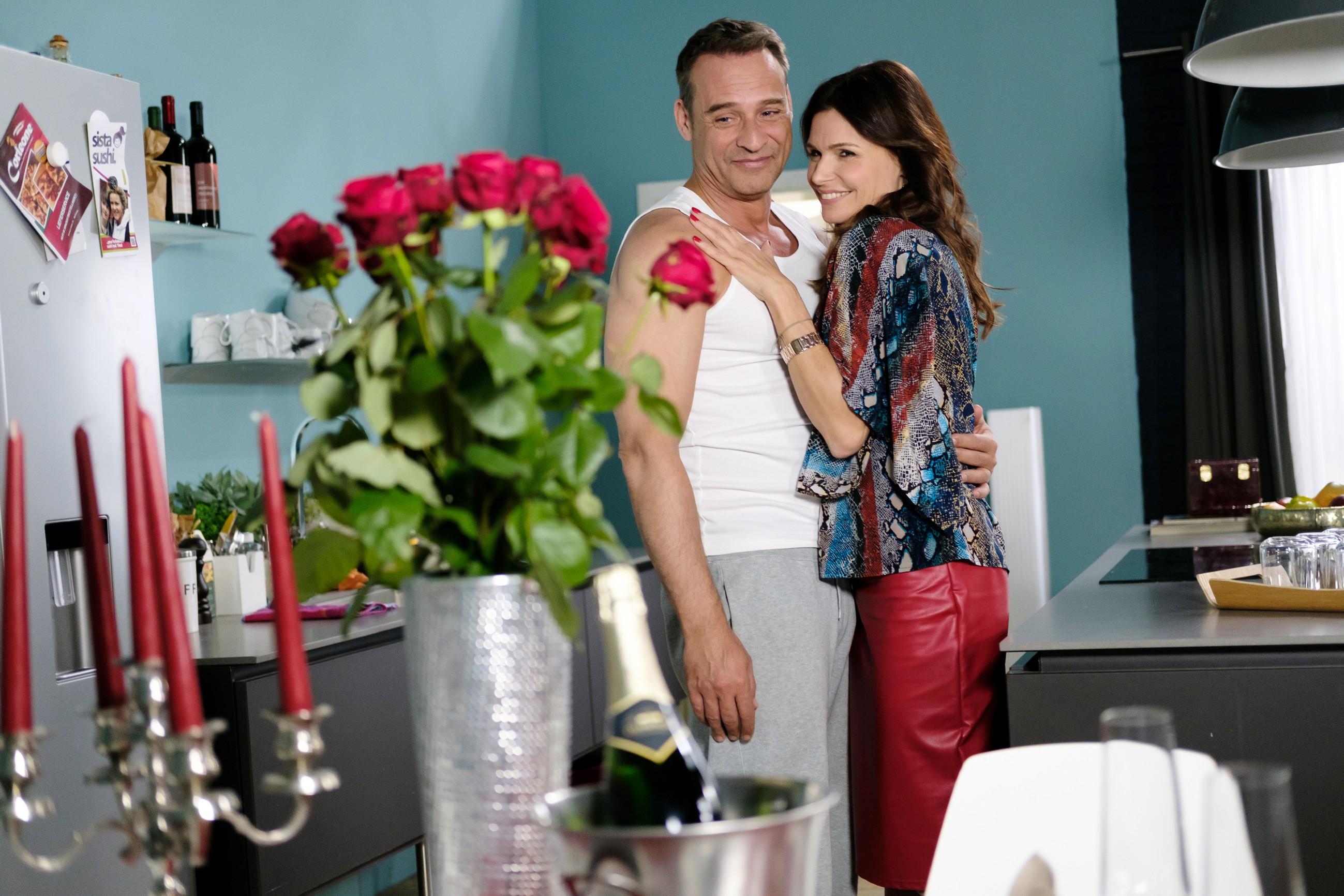 Britta (Tabea Heynig) ist überwältigt, dass Rufus (Kai Noll) einen Hochzeitstermin festgesetzt hat. (Quelle: RTL / Stefan Behrens)