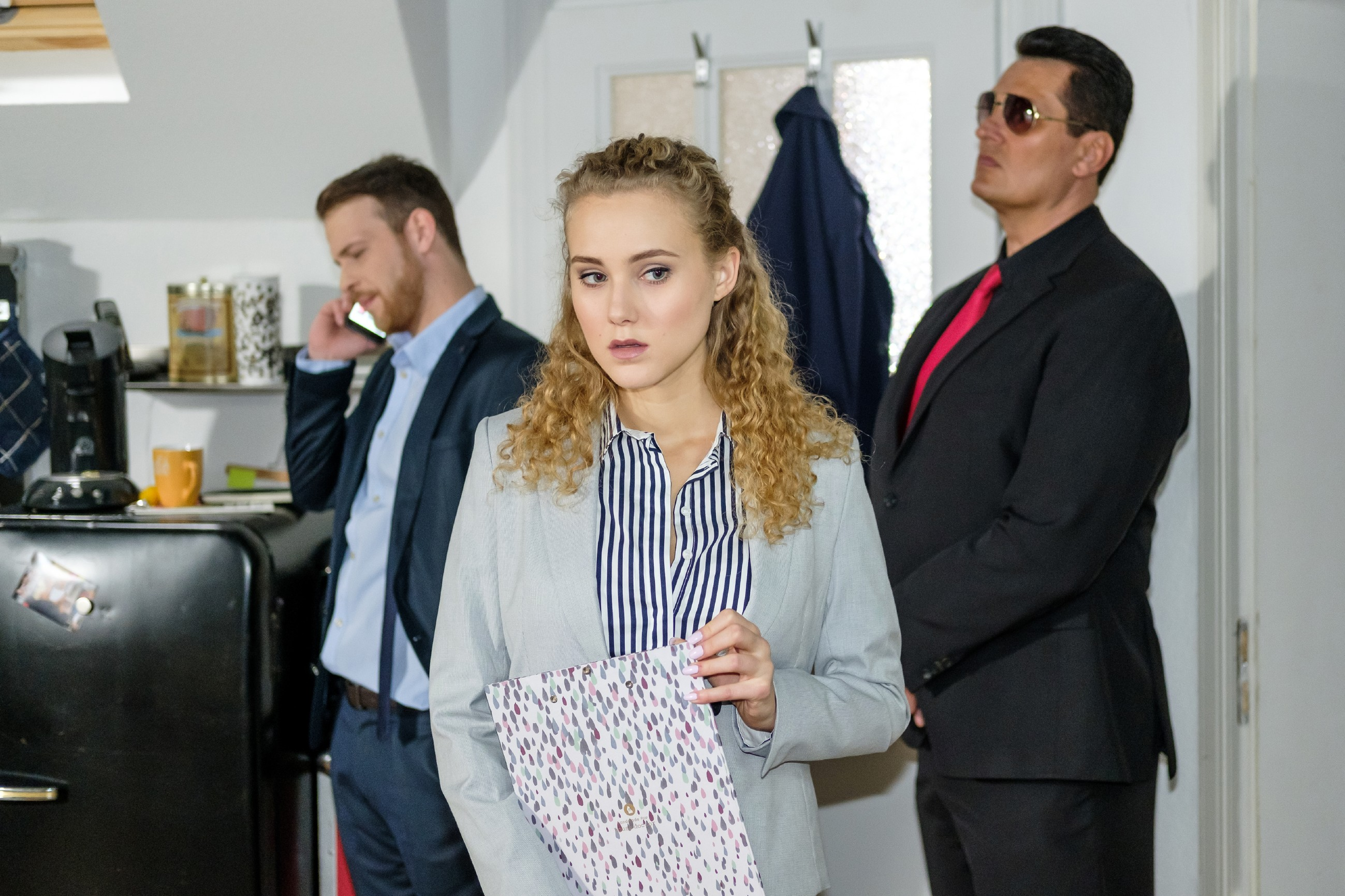 KayC (Pauline Angert) hört sensible Informationen, als Tobias (Patrick Müller, l.) mit Eva über den Ausbruch von Opitz spricht... (r. Komparse) (Quelle: RTL / Stefan Behrens)
