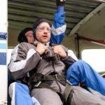 Als sich die Türen des Flugzeugs öffnen, muss Malte (Stefan Bockelmann) all seinen Mut zusammennehmen, um den Fallschirmsprung zu wagen... (Quelle: RTL / Stefan Behrens)