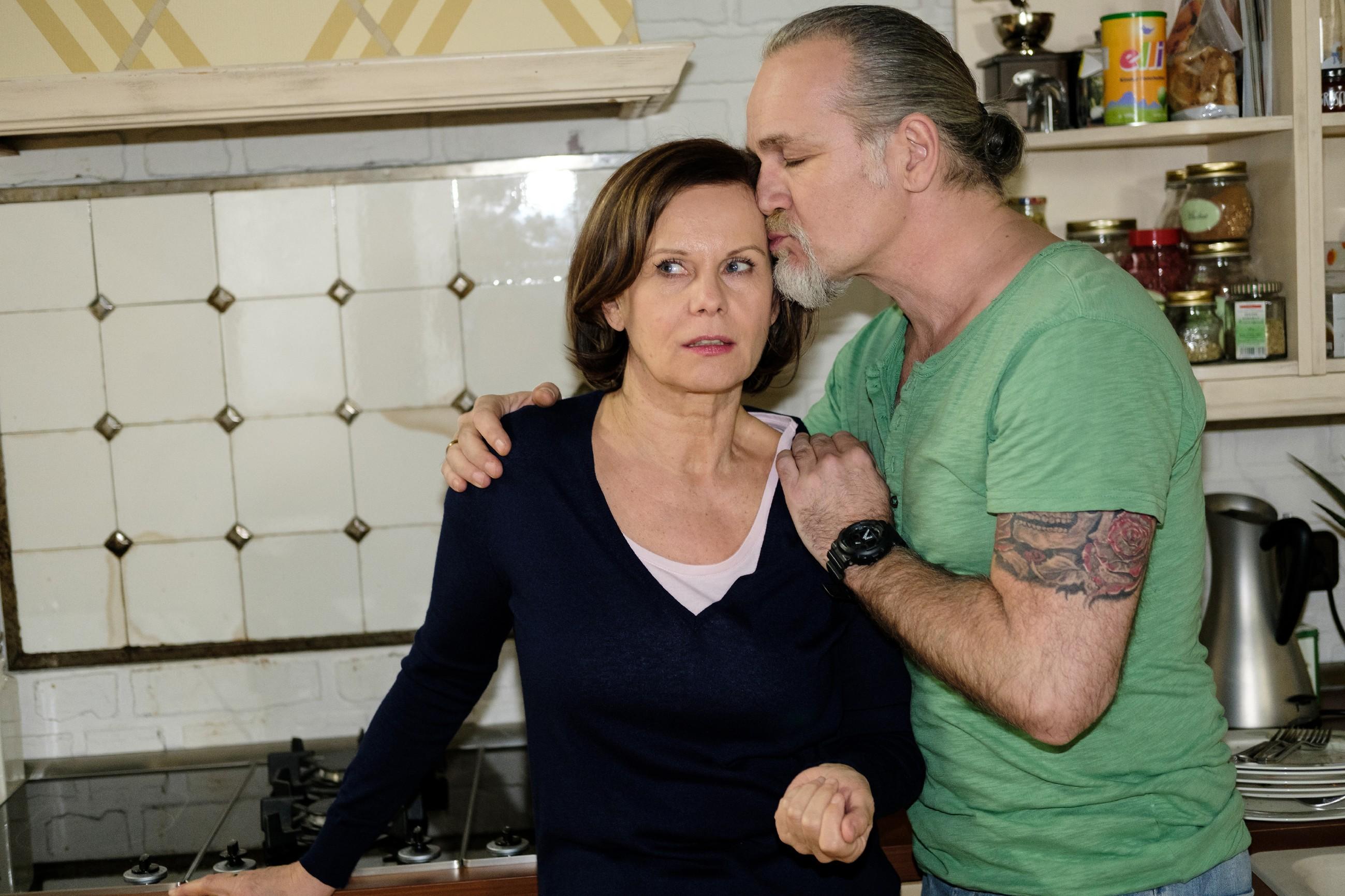 Irene (Petra Blossey) und Robert (Luca Maric) hoffen, dass Roswitha von ihrem Entschluss, langfristig bei ihnen wohnen zu bleiben, absieht. (Quelle: RTL / Stefan Behrens)