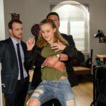 KayC (Pauline Angert) reagiert trotzig, als Tobias (Patrick Müller, l.) ihr eine knallharte Absage erteilt und sie rauswerfen lässt... (r. Komparse) (Quelle: RTL / Stefan Behrens)