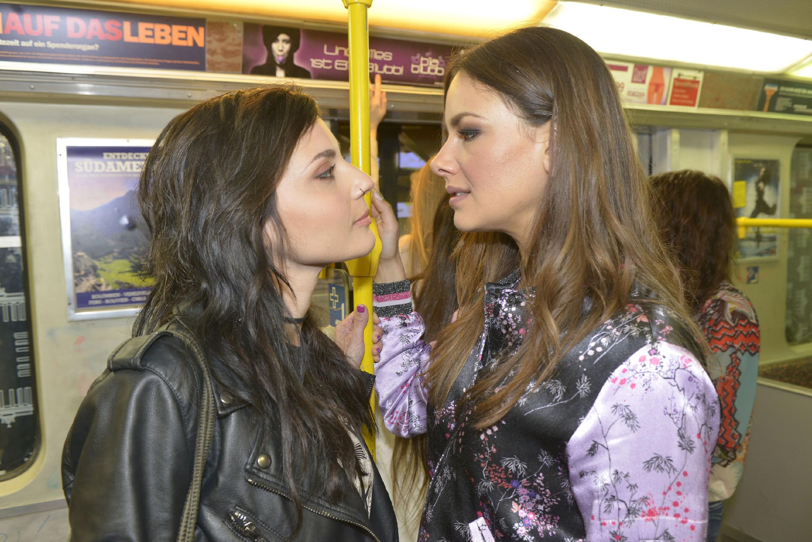 Anni (Linda Marlen Runge, l.) forciert die erotische Spannung zwischen ihr und Jasmin (Janina Uhse). (Quelle: RTL / Rolf Baumgartner)