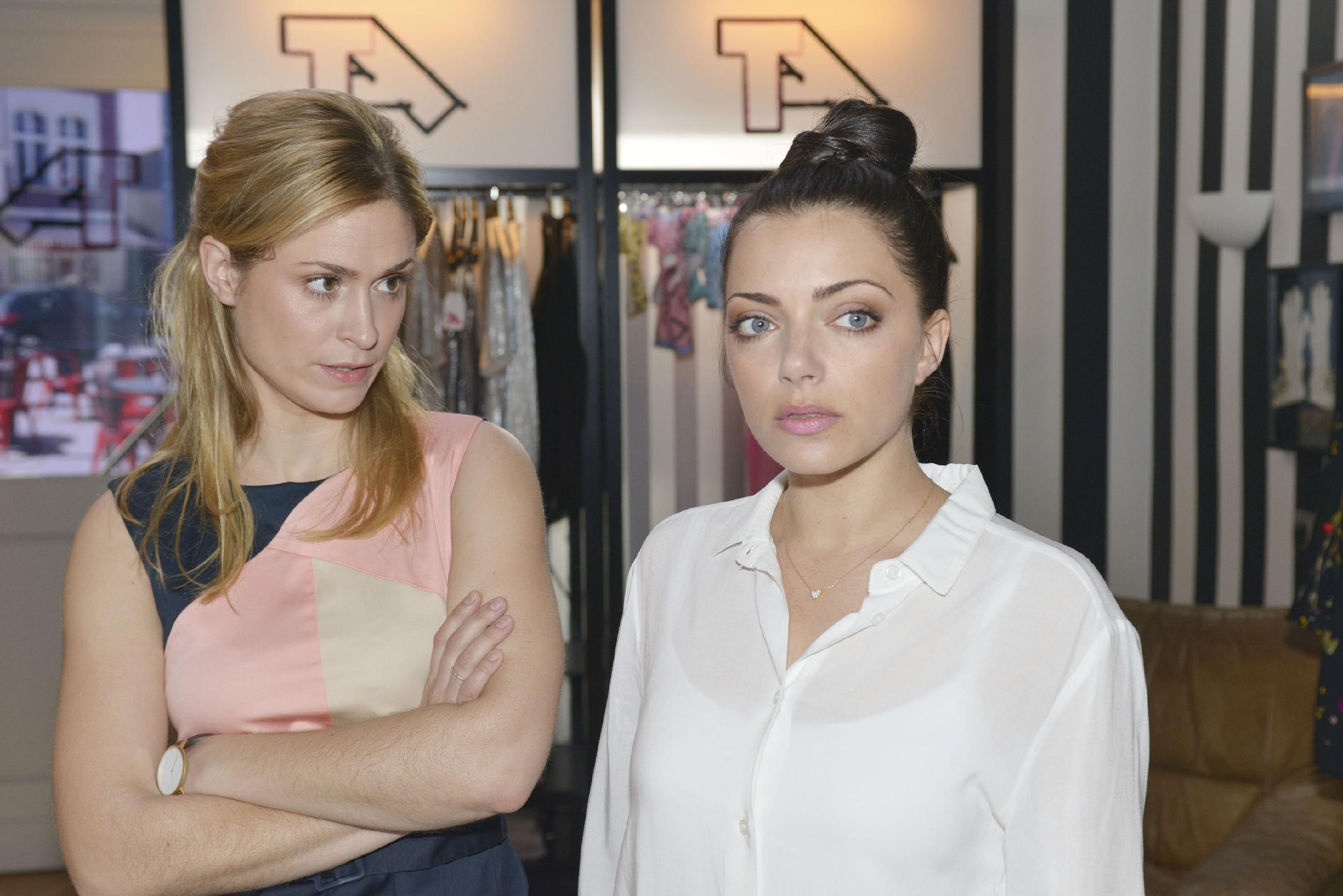 Sophie (Lea Marlen Woitack, l.) und Emily (Anne Menden) sorgen sich um die Zukunft von Tussi Attack. (Quelle: RTL / Rolf Baumgartner)