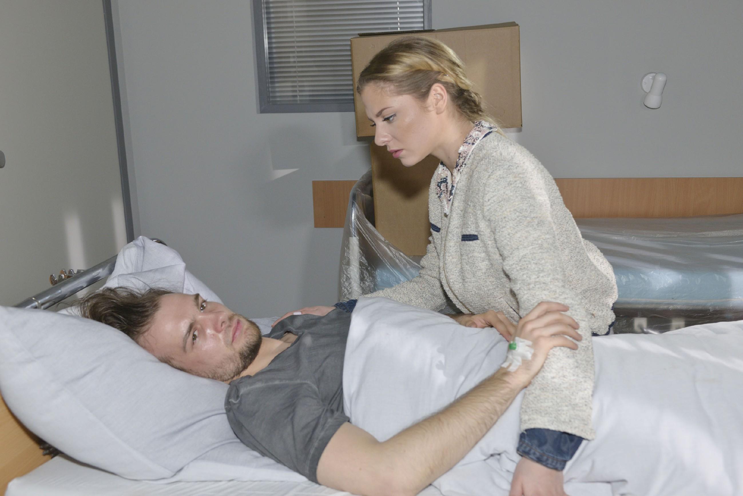 Sunny (Valentina Pahde) ist von Chris' (Eric Stehfest) Zustand erschüttert... (Quelle: RTL / Rolf Baumgartner)