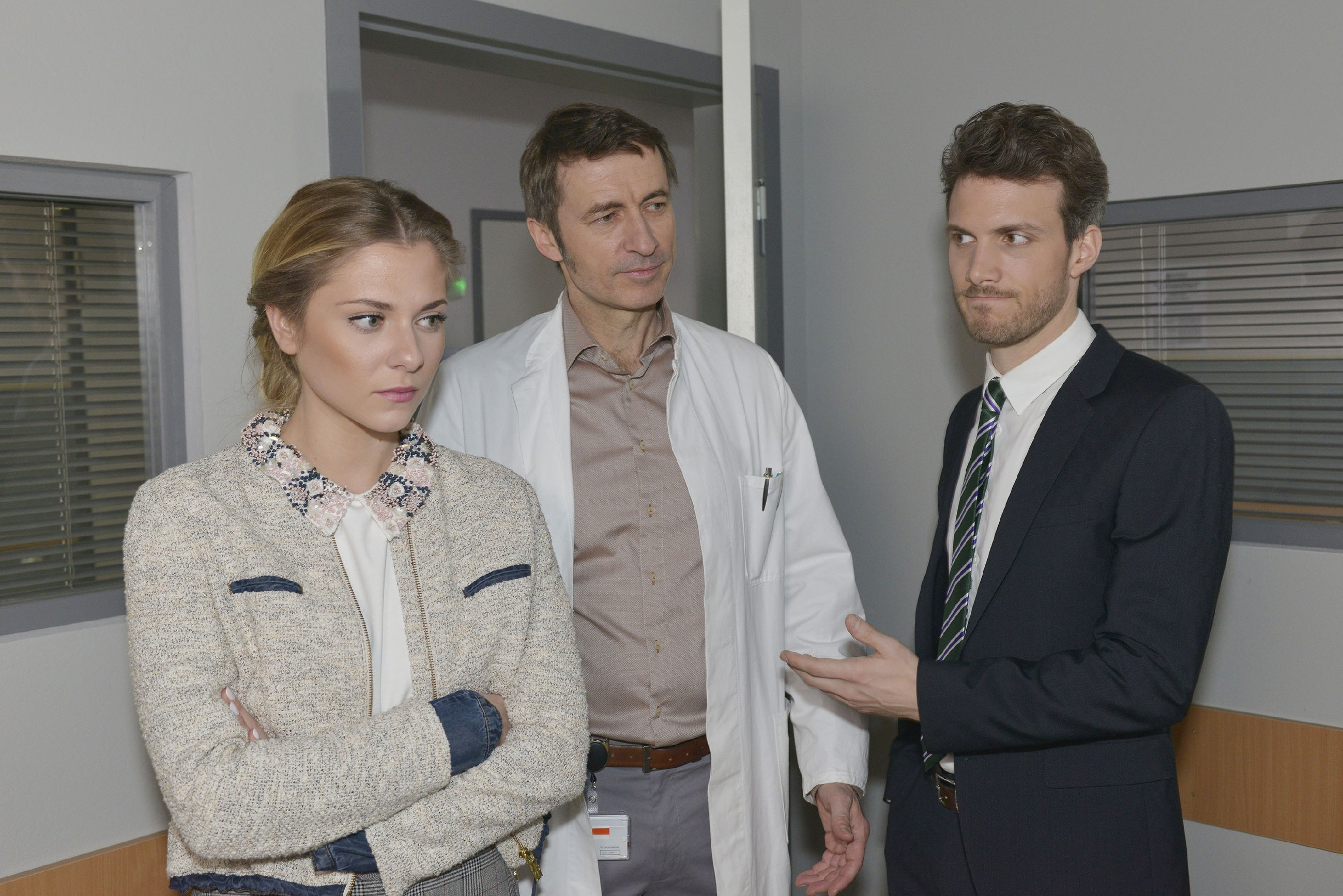 Felix (Thaddäus Meilinger, r.) muss Sunny (Valentina Pahde) notgedrungen allein zu Chris lassen (M. Guido Broscheit als Dr. Martin Wolf). (Quelle: RTL / Rolf Baumgartner)
