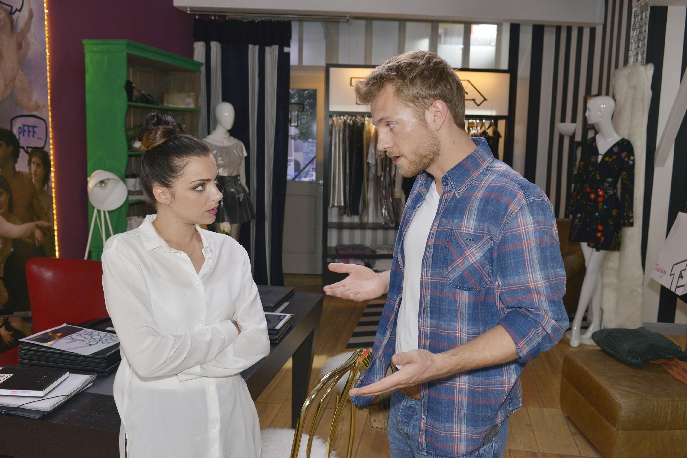 """Nachdem Emily (Anne Menden) gemerkt hat, dass Pauls (Niklas Osterloh) Anwesenheit die Stimmung der anspruchsvollen Modemanagerin von City Stylz hebt, verlangt sie von ihrem Freund, noch ein wenig länger den """"heißen Handwerker"""" zu spielen. (Quelle: RTL / Rolf Baumgartner)"""