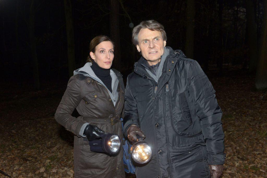 Katrin (Ulrike Frank) und Gerner (Wolfgang Bahro) sitzt die Angst im Nacken, bei der Suche nach der Leiche entdeckt zu werden...