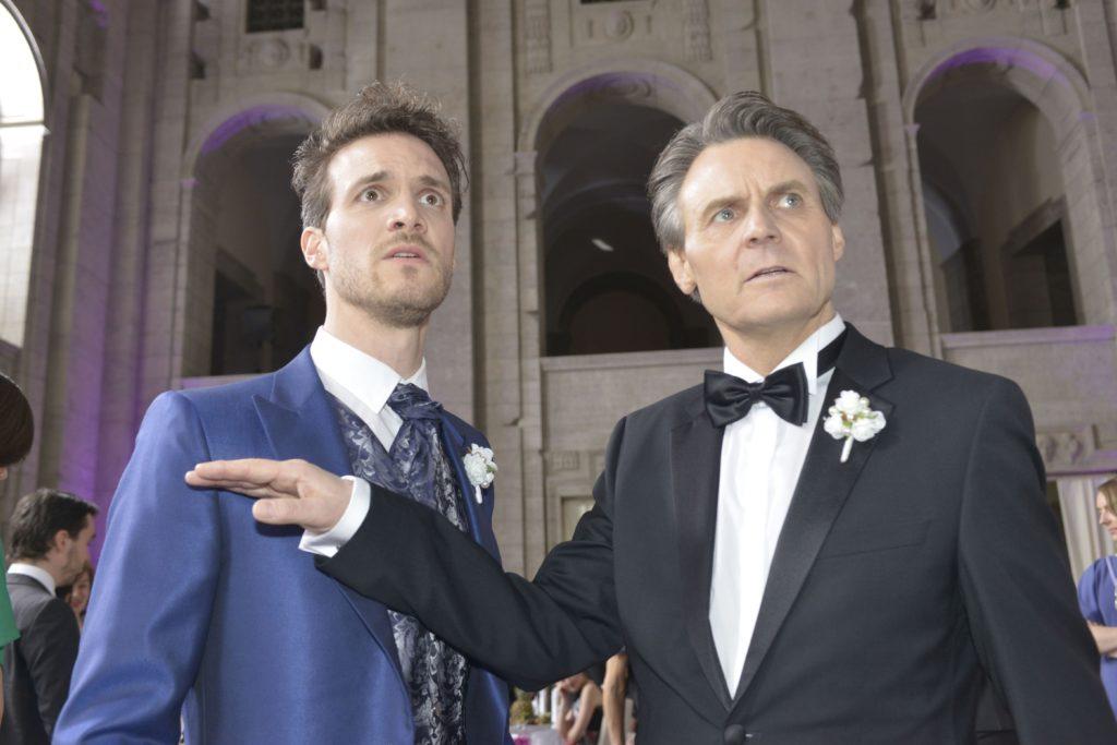 Felix (Thaddäus Meilinger, l.) und Jo Gerner (Wolfgang Bahro) sind entsetzt, als Chris plötzlich auf der Hochzeitsfeier auftaucht...