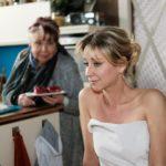 Ute (Isabell Hertel, r.) bedankt sich bei Roswitha (Andrea Brix) für die kurze, erholsame Auszeit. (Quelle: RTL / Stefan Behrens)