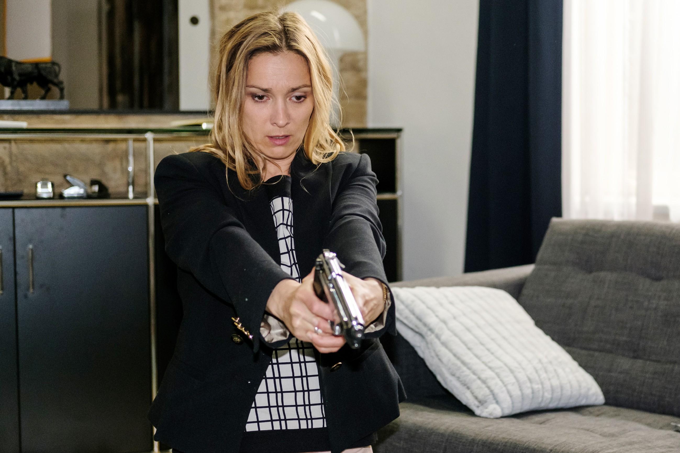 Andrea (Astrid Leberti) realisiert geschockt, dass sie Opitz angeschossen hat... (Quelle: RTL / Stefan Behrens)