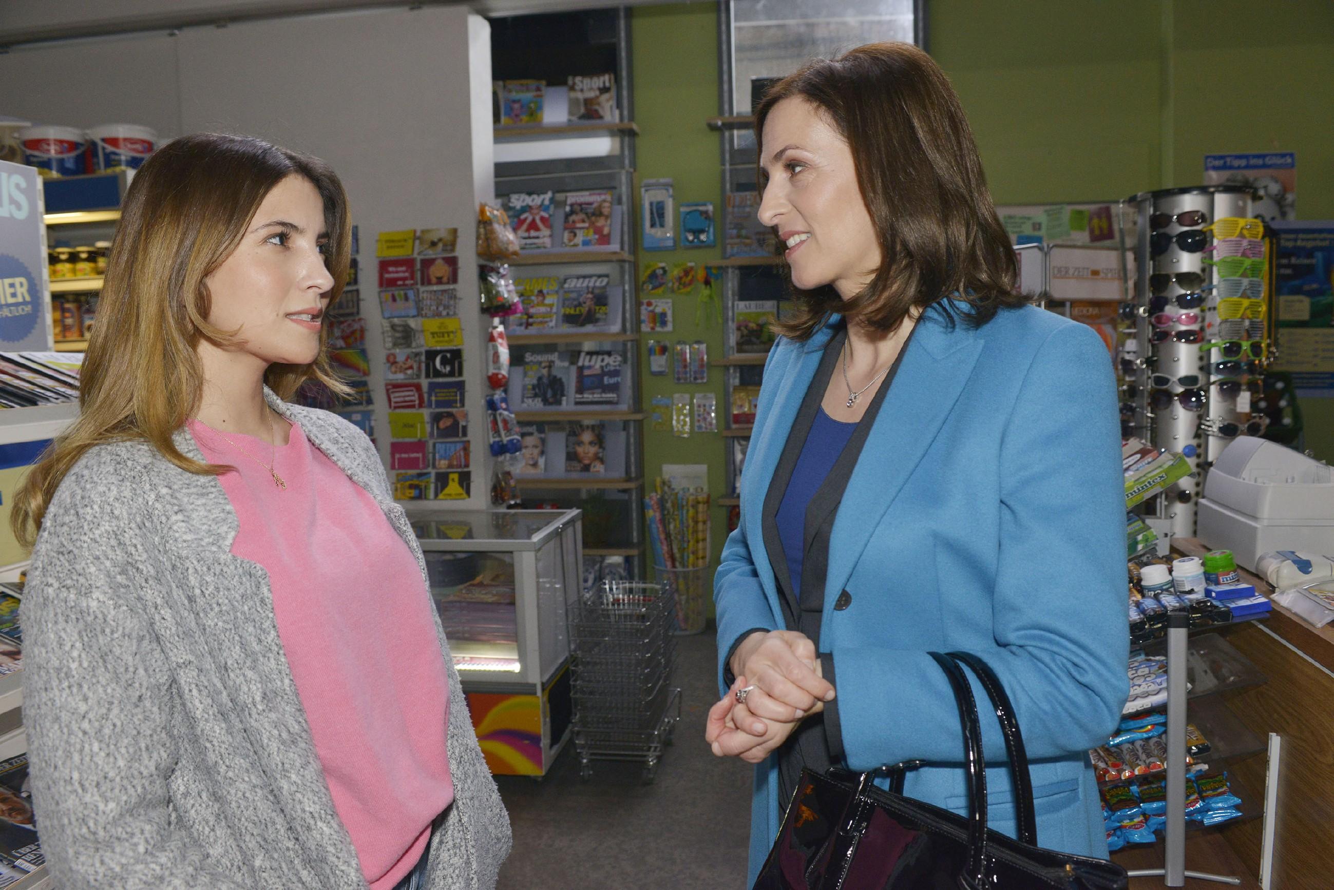 Laura (Chryssanti Kavazi, l.) gelingt es, sich bei Katrin (Ulrike Frank) einzuschmeicheln. (RTL / Rolf Baumgartner)