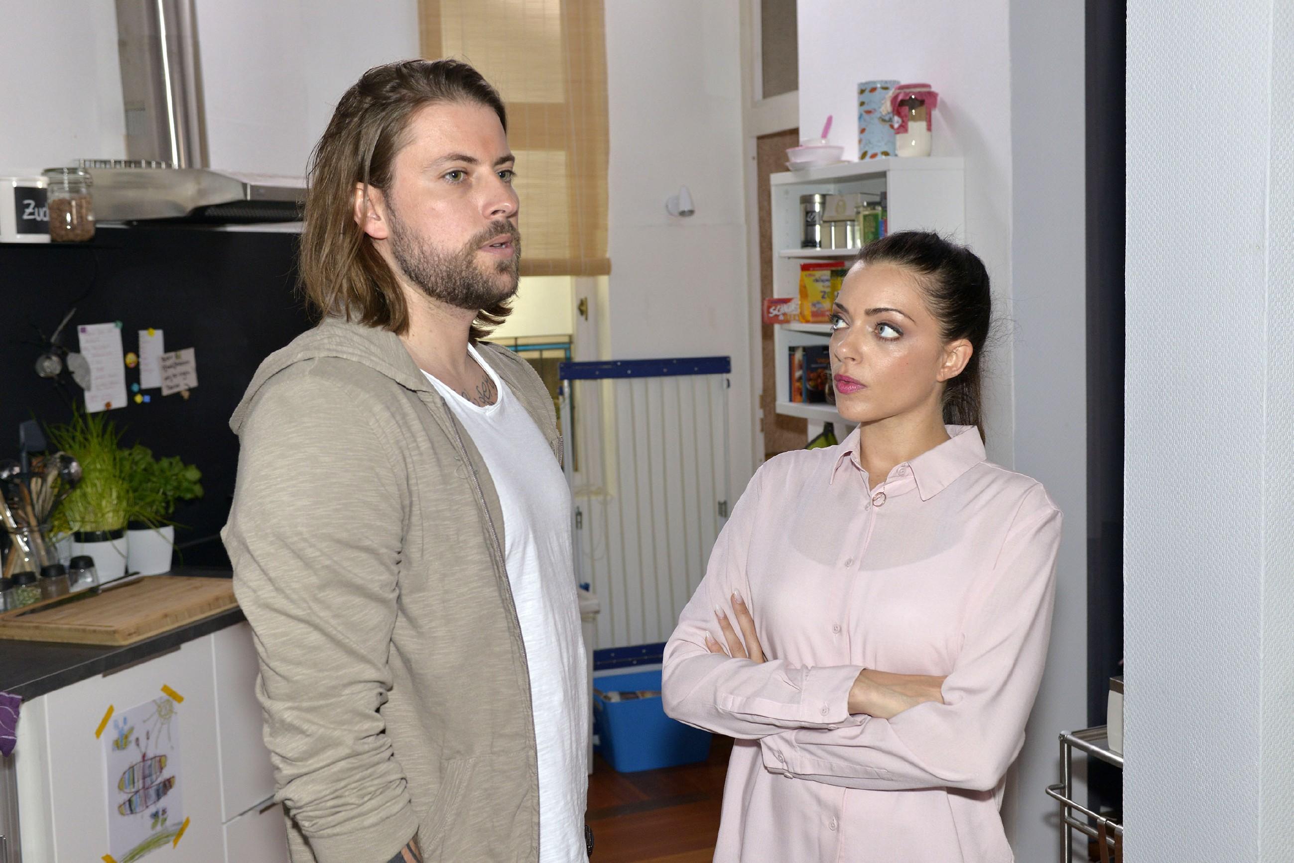 John (Felix von Jascheroff) vertraut Emily (Anne Menden) an, dass er um seine Freundschaft zu Leon sorgt. (RTL / Rolf Baumgartner)