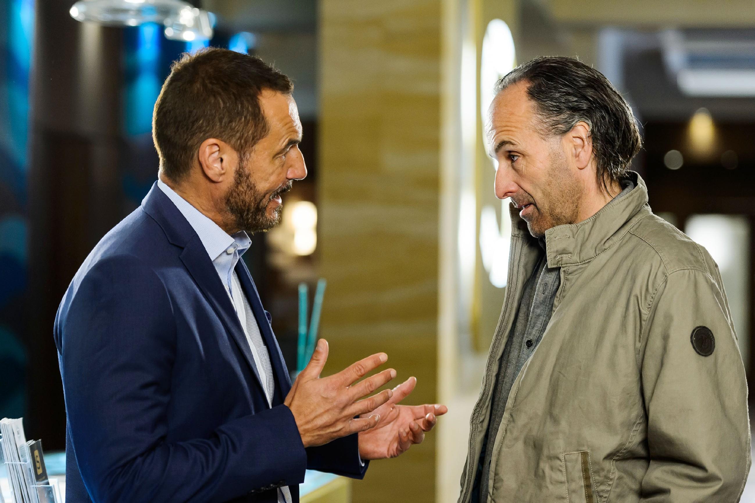 Richard (Silvan-Pierre Leirich, l.) gibt alles, um Johann Pachlhuber (Holger Christian Gotha) wieder zu besänftigen... (Quelle: RTL / Willi Weber)