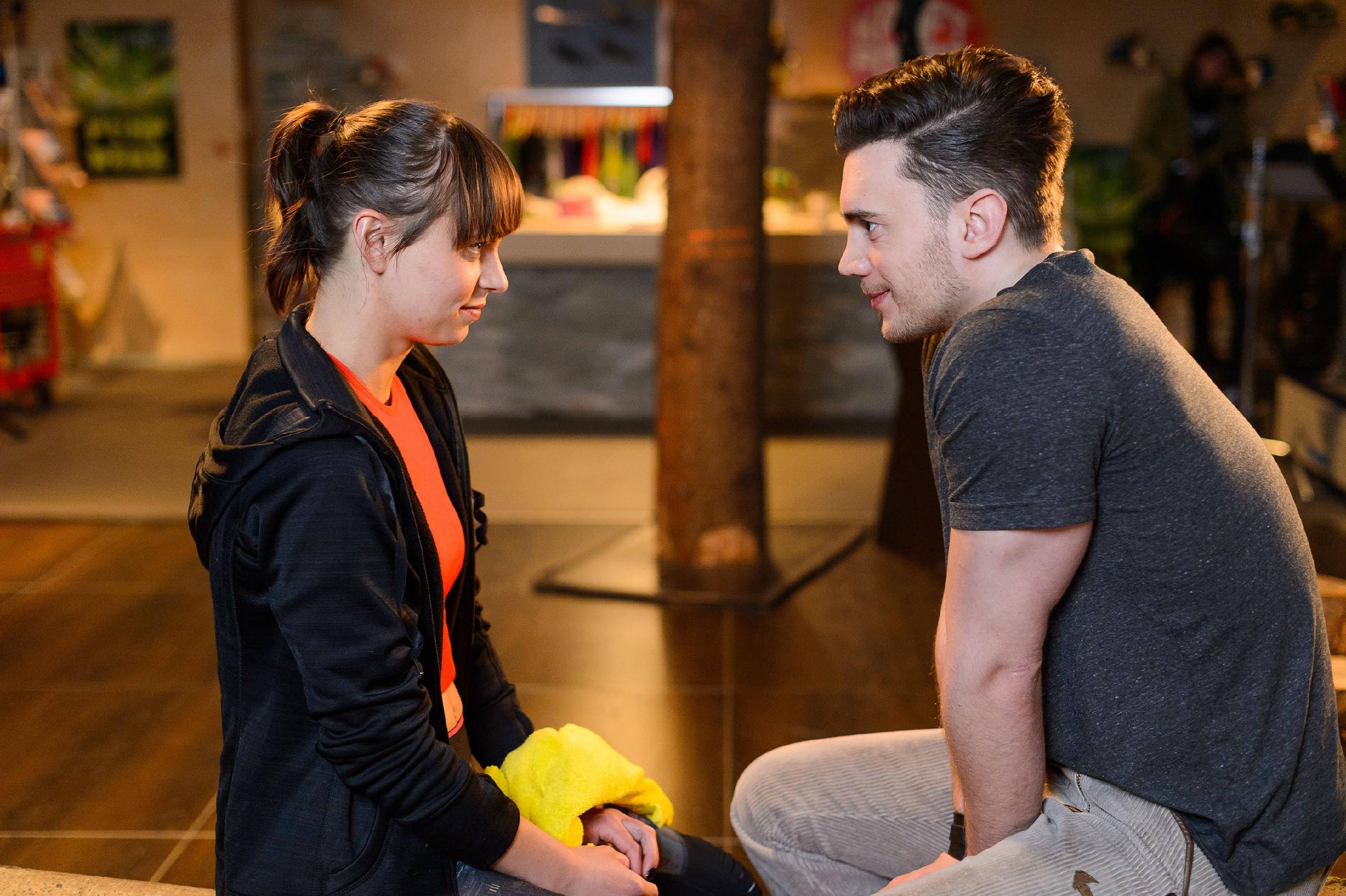 Ronny (Bela Klentze) bedankt sich bei Michelle (Franziska Benz). (Quelle: RTL / Willi Weber)