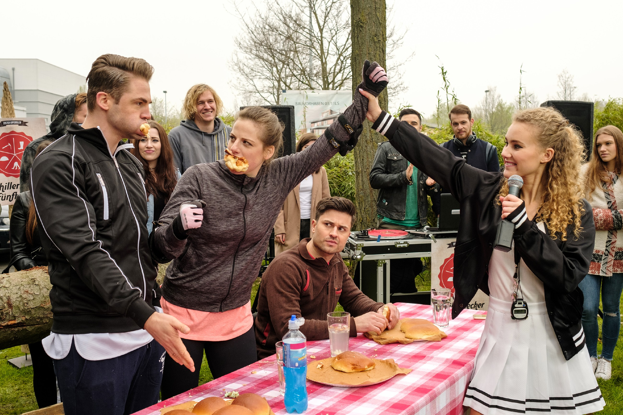 Elli (Nora Koppen, 2.v.l.) gibt alles, um nach Paco (Milos Vukovic, M.) nun auch noch Bambi (Benjamin Heinrich, l.) aus dem Wettbewerb zu schubsen - Kann KayC (Pauline Angert, r.) sie als Siegerin ausrufen? (Quelle: RTL / Stefan Behrens)