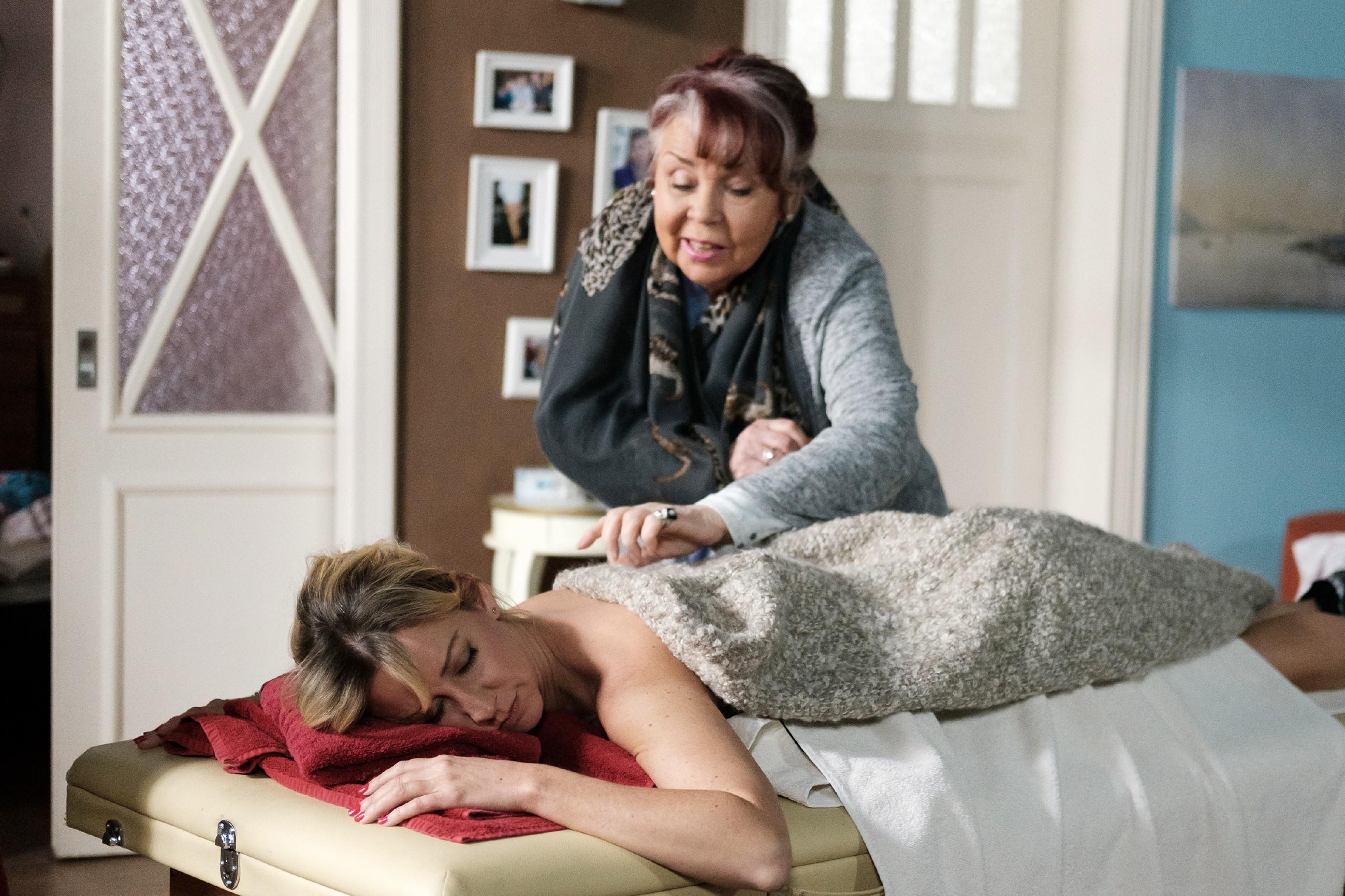 Roswitha (Andrea Brix) ist zufrieden, dass sie es geschafft hat, Ute (Isabell Hertel) mit einer Wellness-Auszeit endlich zur Ruhe kommen zu lassen. (Quelle: RTL / Stefan Behrens)