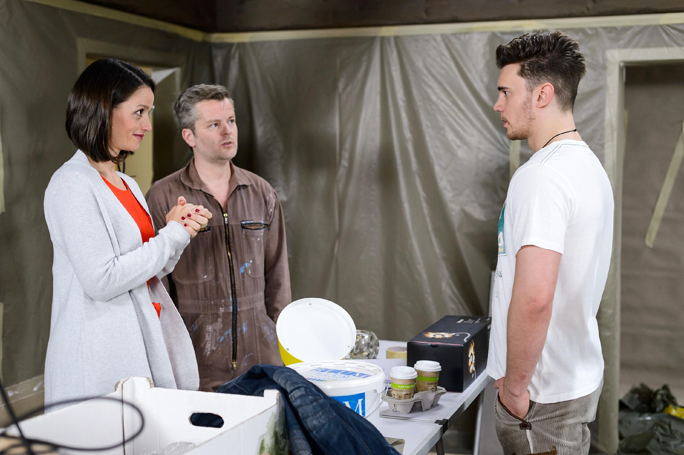 Jenny (Kaja Schmidt-Tychsen) bedankt sich in Gegenwart von Ingo (André Dietz) bei Ronny (Bela Klentze, r.), dass er Annabelles Leben gerettet hat. (Quelle: RTL / Willi Weber)