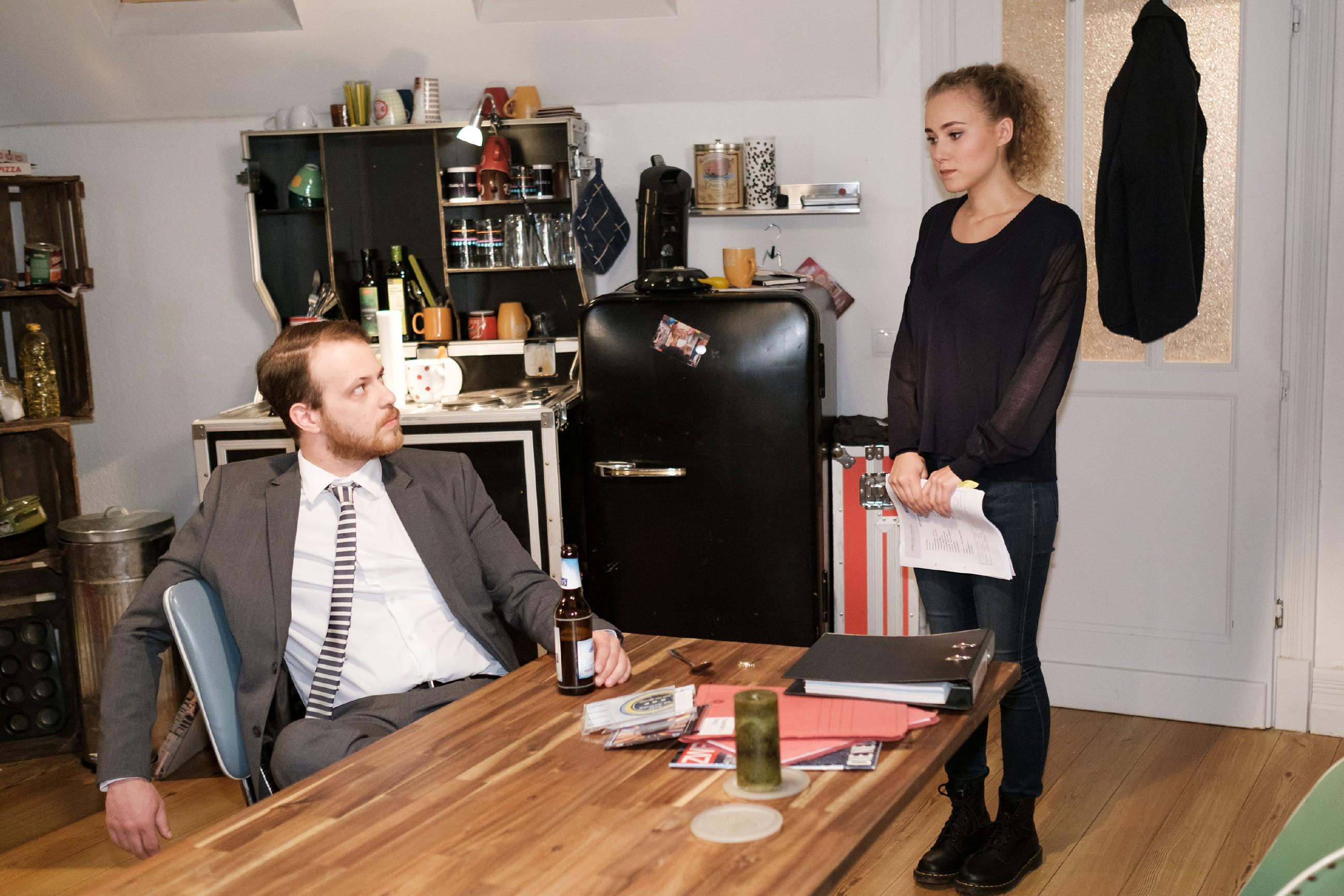 Als KayC (Pauline Angert) sich ehrlich bei Tobias (Patrick Müller) bedankt, besteht der resolut darauf, dass sie sich ab sofort an seine Anweisungen zu halten hat. (Quelle: RTL / Stefan Behrens)