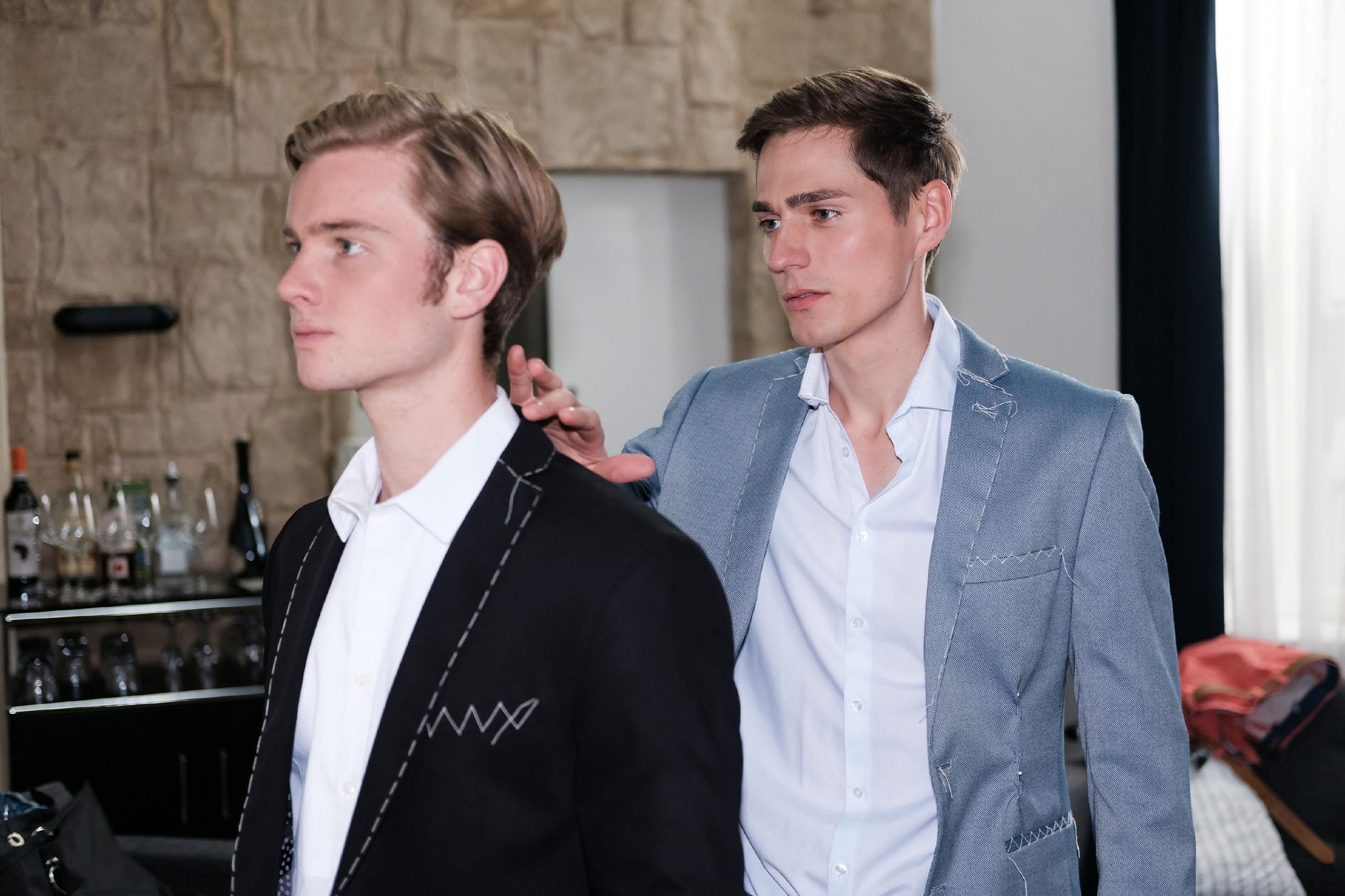 Bei dem gemeinsamen Termin beim Schneider gerät Ringo (Timothy Boldt, r.) bei Valentin (Aaron Koszuta) in Versuchung... (Quelle: RTL / Stefan Behrens)