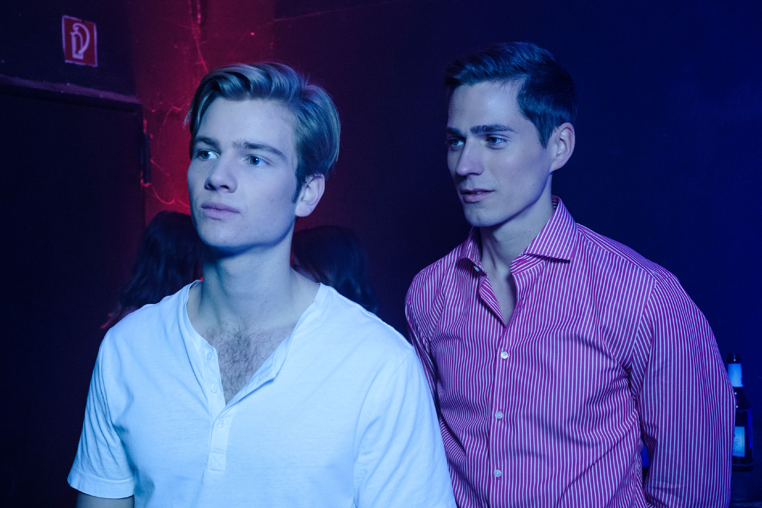 """Als es Valentin (Aaron Koszuta, l.) nicht zu stören scheint, in einem Gay-Club zu feiern und er Interesse an dieser """"Welt"""" zeigt, schöpft Ringo (Timothy Boldt) Hoffnung... (Quelle: RTL / Stefan Behrens)"""
