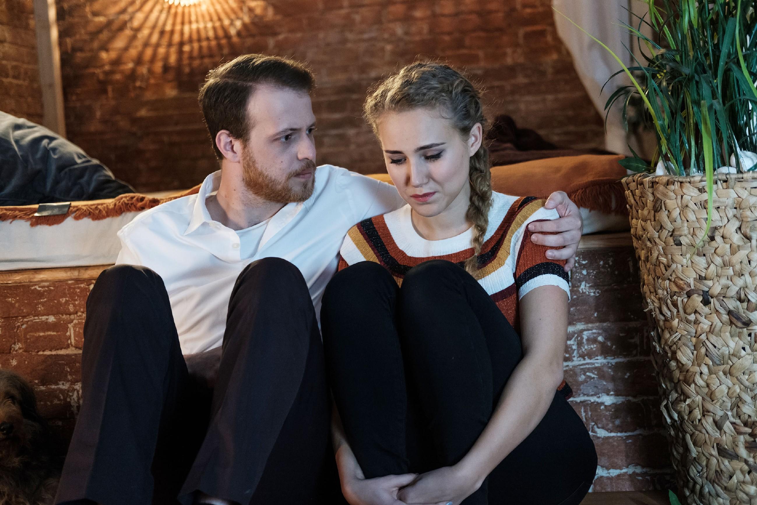 Tobias (Patrick Müller) fängt KayC (Pauline Angert) auf, als diese droht, zusammenzubrechen. (Quelle: RTL / Stefan Behrens)