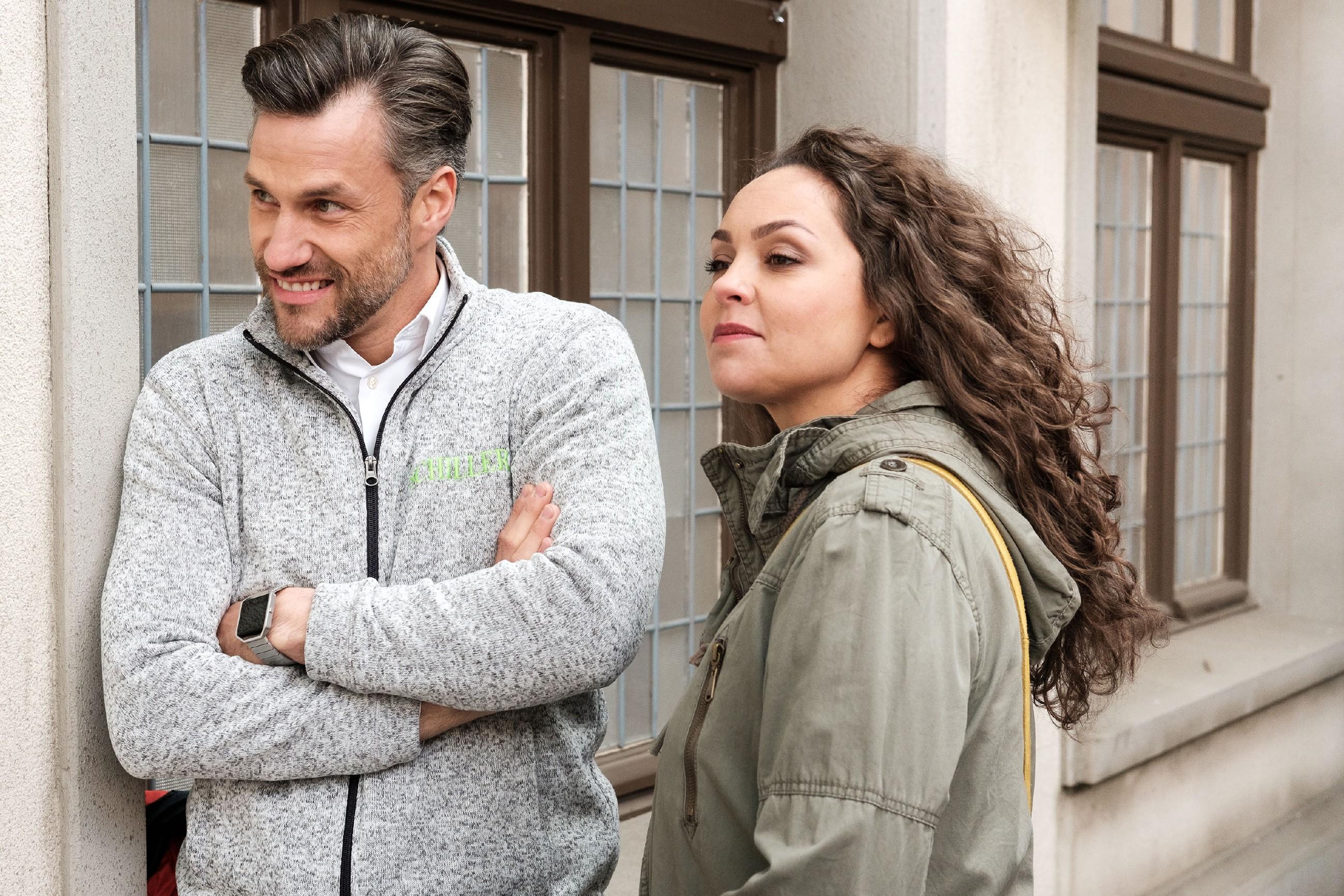 Caro (Ines Kurenbach) und Malte (Stefan Bockelmann) hoffen, dass Britta ihren Köder geschluckt hat. (Quelle: RTL / Stefan Behrens)