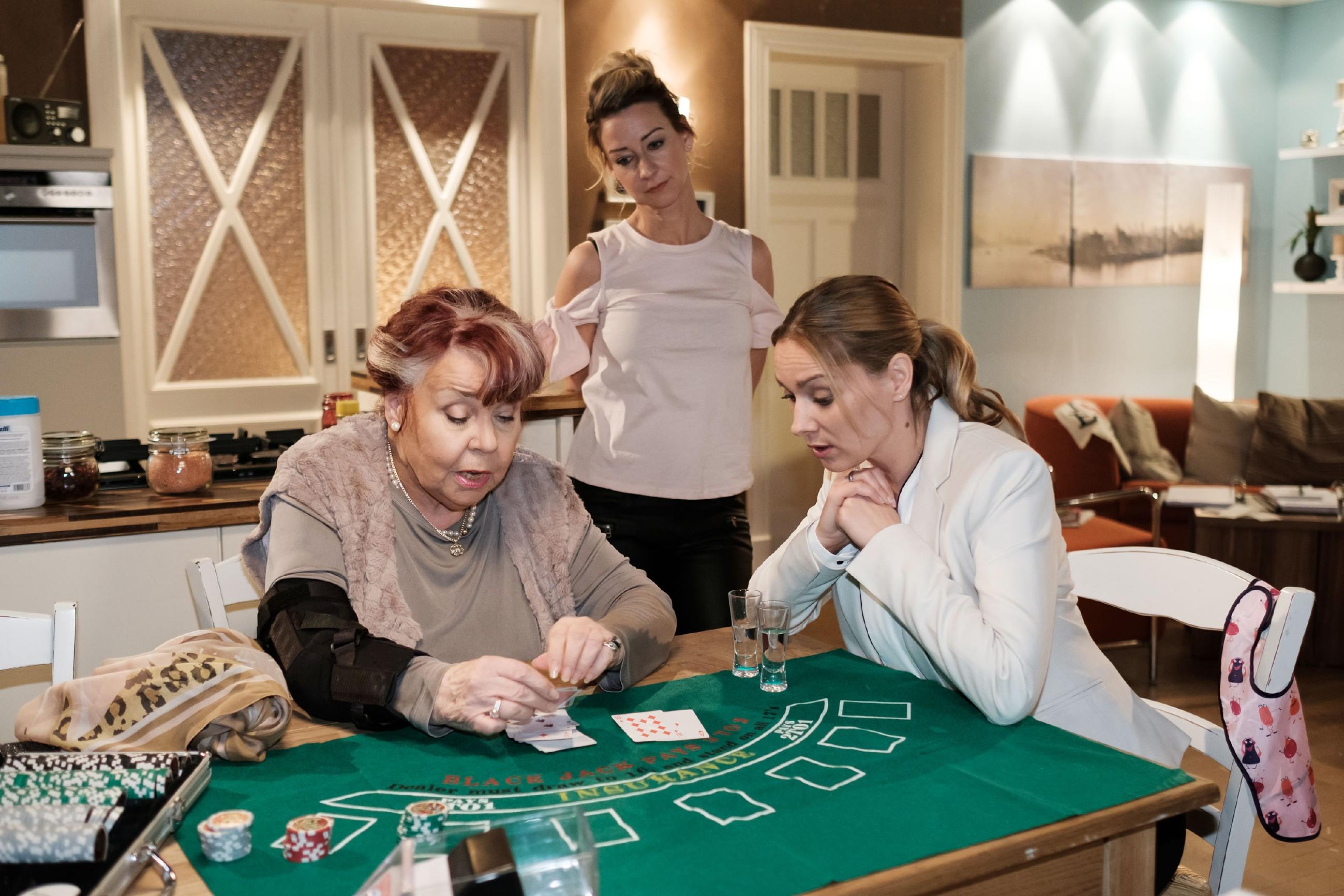 Andrea (Astrid Leberti, r.) nimmt auf der Suche nach Ablenkung das Spielangebot ihrer Oma Roswitha (Andrea Brix, l.) an. Auch Ute (Isabell Hertel) wird an den Spieltisch gebeten. (Quelle: RTL / Stefan Behrens)