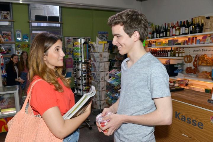 Lauras (Chryssanthi Kavazi) Abneigung Luis (Maximilian Braun) gegenüber weicht langsam auf...