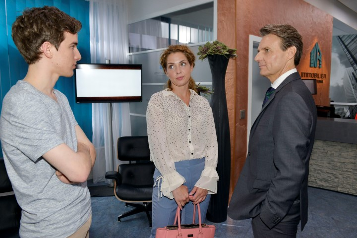 Nina (Maria Wedig) und Jo Gerner (Wolfgang Bahro, r.) hoffen, dass Luis (Maximilian Braun) ein erfolgreiches Praktikum absolvieren wird.