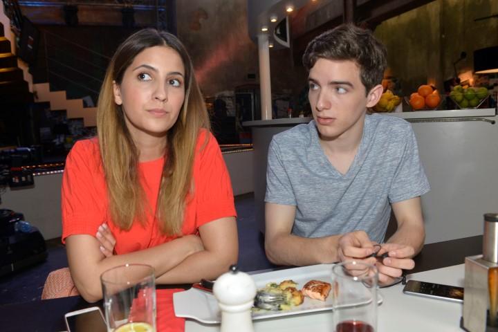 Laura (Chryssanthi Kavazi) ist von dem neuen Praktikanten Luis (Maximilian Braun) zunächst nicht sonderlich begeistert.