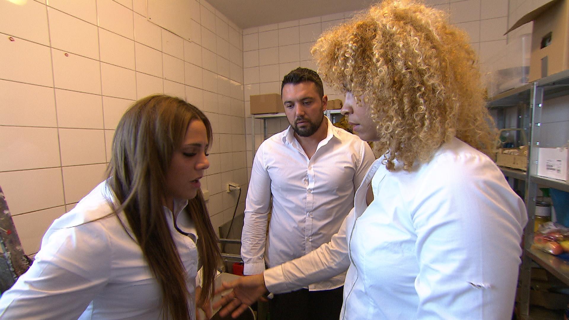 Sophia muss erneut einen von Manus Wutanfällen ertragen und landet dieses Mal fast unter einem Regal, das Manu in seiner brodelnden Eifersucht umwirft. Als Sam und Francesco ihr zu Hilfe eilen, deckt sie Manu und nimmt die Schuld auf sich. (Quelle: RTL 2)