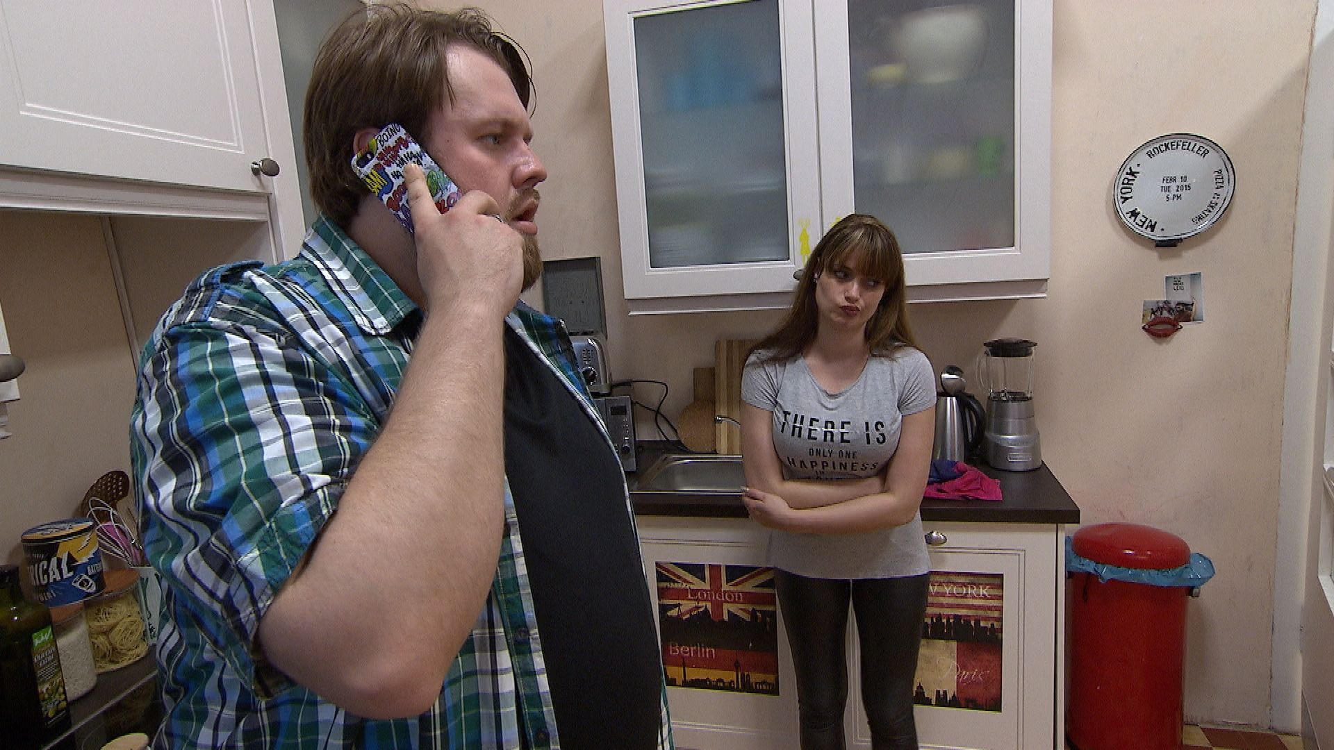 Jan bekommt von Nachbar Benno die beunruhigende Nachricht, dass Lärm aus dem Reihenhaus zu hören ist. (Quelle: RTL 2)