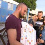 Elli ist viel daran gelegen, ihre beiden Familien zusammenzuführen, also lädt sie Alex zu Roccos Geburtstagsparty ein. (Quelle: RTL 2)