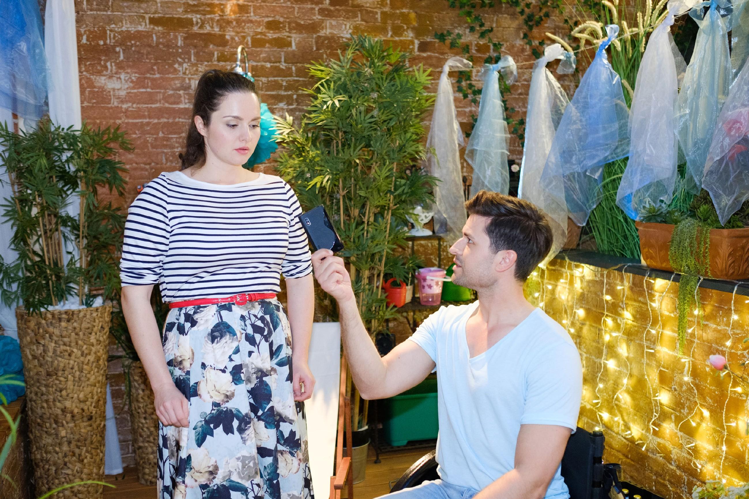 Paco (Milos Vukovic) überrumpelt Saskia (Antonia Michalsky) mit der Aufforderung, ihrem Chef endlich die Meinung zu sagen. (Quelle: MG RTL D / Stefan Behrens)