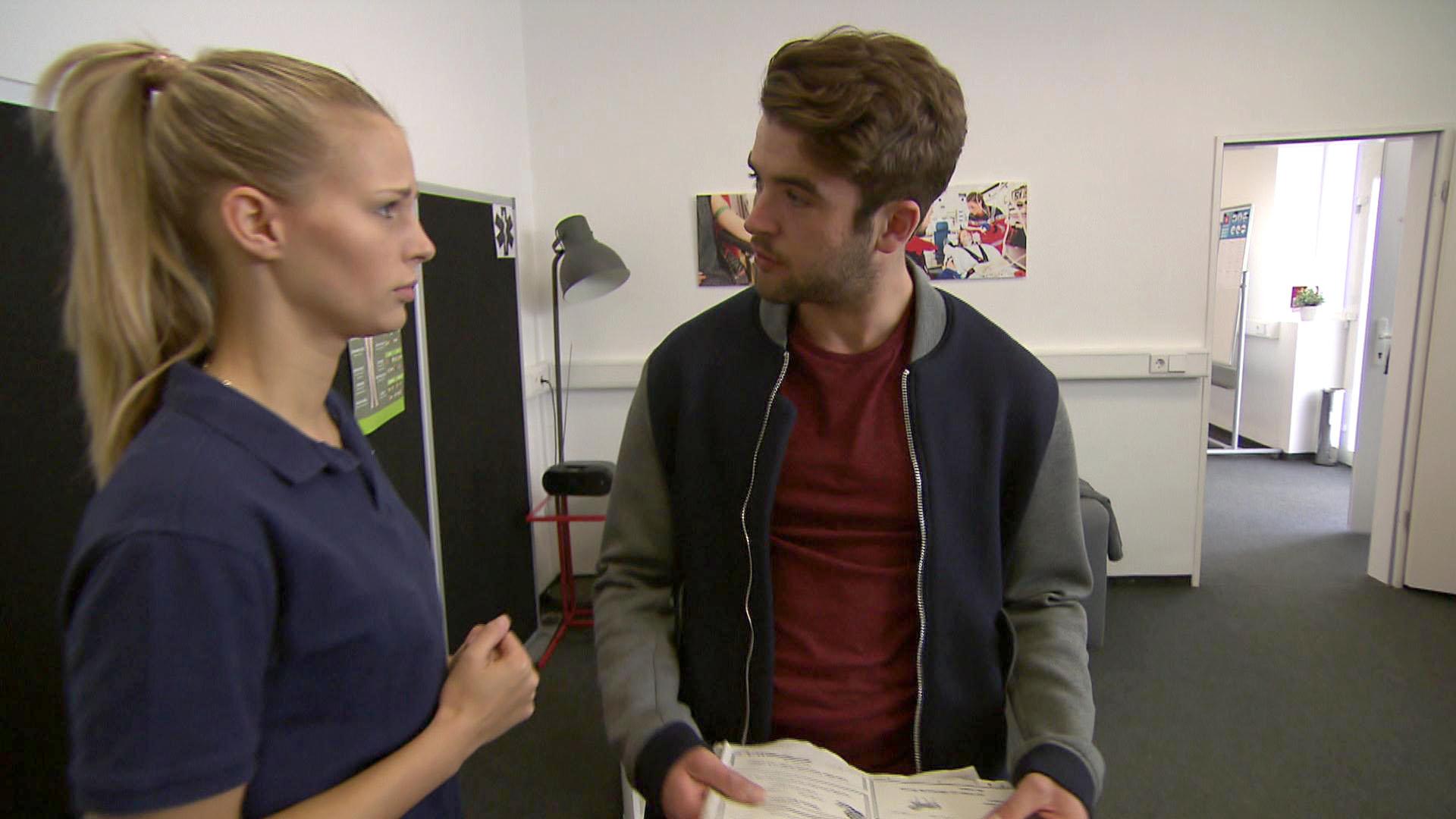 Marc bekomnmt durch Zufall heraus, dass Jule ihm den Selbstmord von Roman Dombrowski verschwiegen hat. (Quelle: RTL 2)