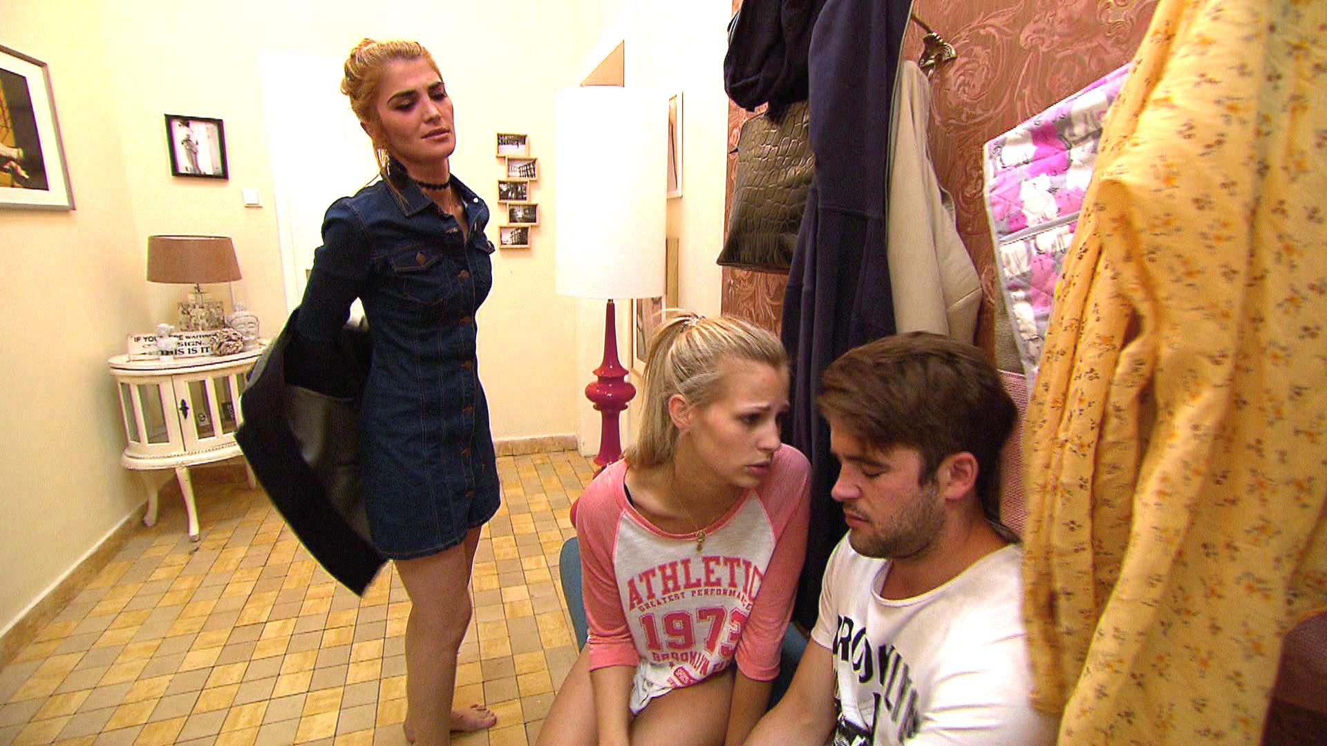 Marc (re.) kommt betrunken mit Kathi (li.) nach Hause und an eine Aussprache mit Jule (mi.) ist nicht zu denken. (Quelle: RTL 2)