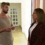 Sophia ist perplex, als Simon wegen Manus Eifersucht im Salotto kündigt. (Quelle: RTL 2)