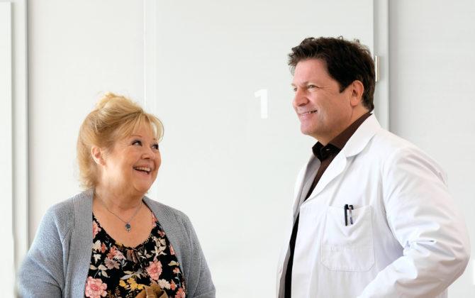 Familie Dr. Kleist Vorschau Folge 109 Lisbeth Hoffmann, Jan Dreves Oma, hat unregelmäßig wiederkehrende Krämpfe und Schmerzen