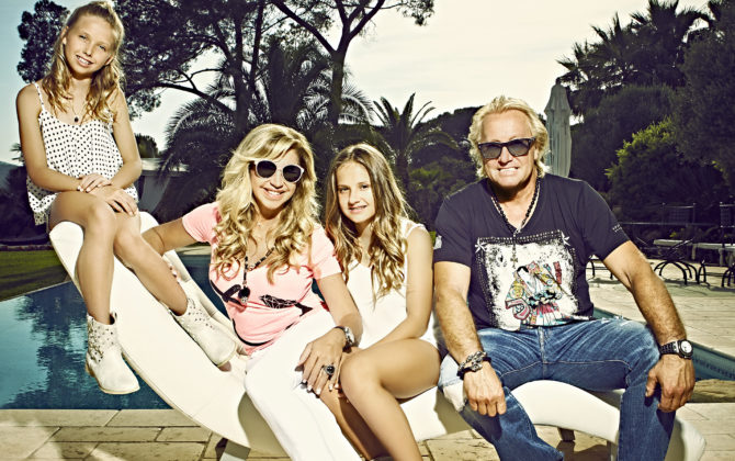 Die Geissens – Eine schrecklich glamouröse Familie! Vorschau Folge 24 Während Carmen sich mit ihrer Fitnesstrainerin plagt, geht Robert seinem Lieblingssport nach: Motorsport im Maserati und Wasserski auf dem Mittelmeer